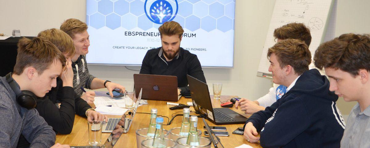 Volle Konzentration: Das EBSpreneurship-Team im Konferenzraum des First Choice Business Centers