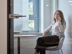 Entspannt Telefonieren in der Telefonbox