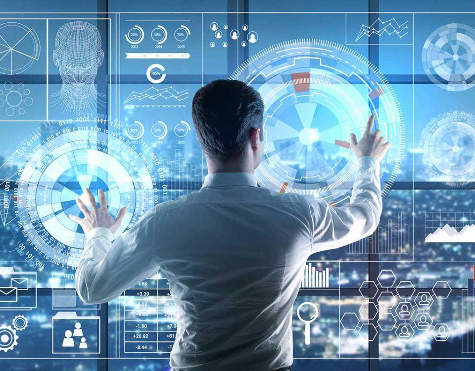 Mann an einem futuristischen Interface