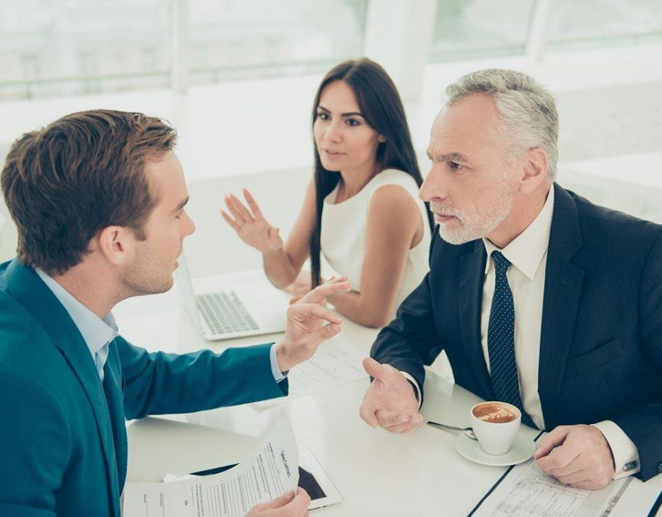 Eine hitzige Diskussion unter Kollegen