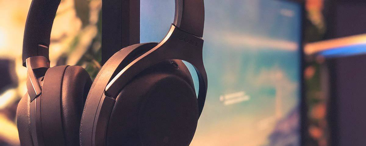 Kopfhörer an einem Computer-Monitor
